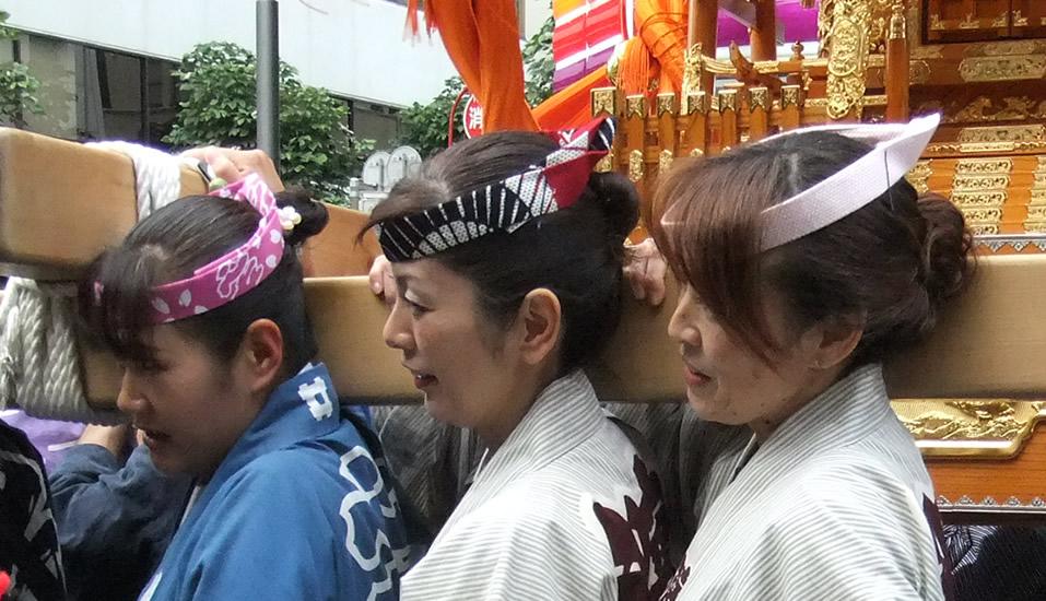 くわがたかぶり 鉢巻 女性 祭り