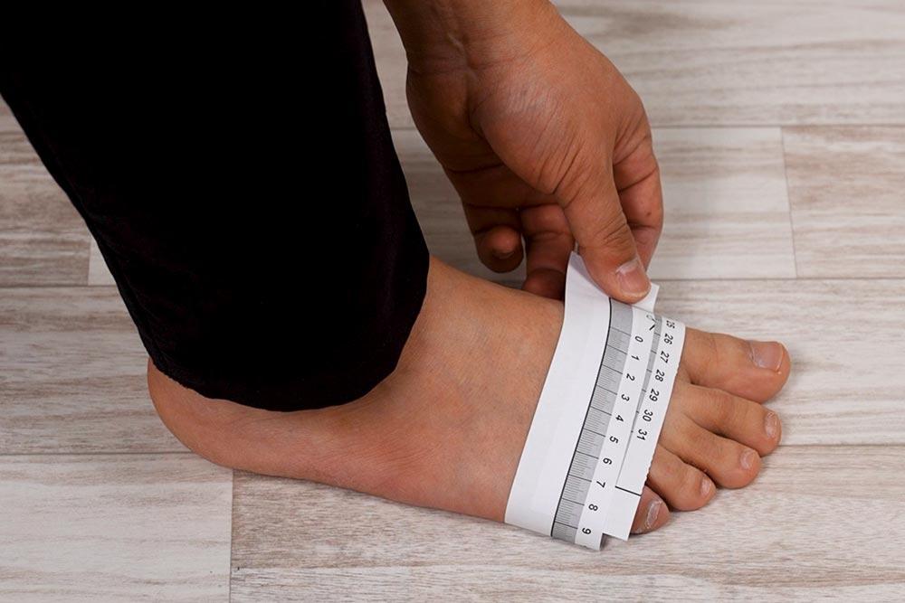 足囲をメジャーで測る