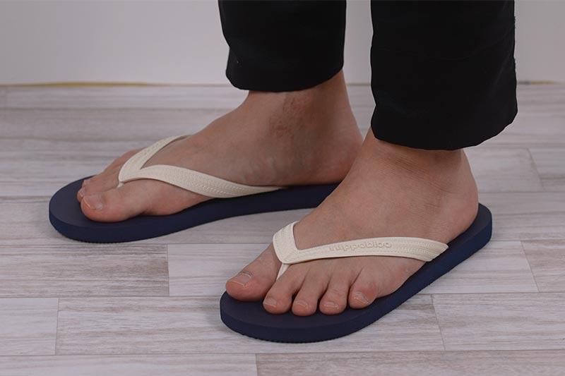 サンダルは足の指がはみ出ない