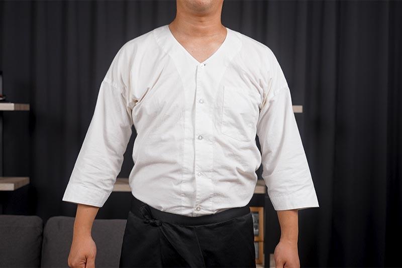 鯉口シャツを着ています