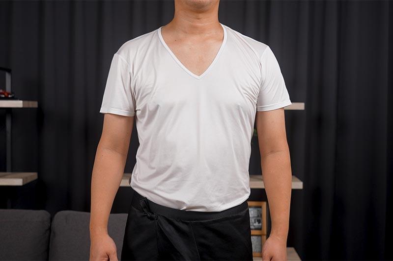 Tシャツを着ています
