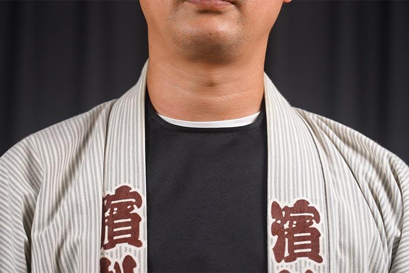 丸首のTシャツは腹掛から見えてしまう